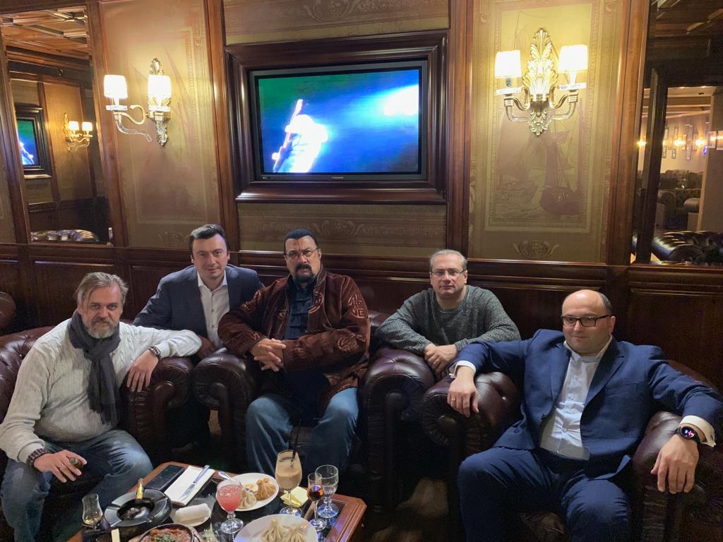 переговоры со Стивеном Сигалом в Тифлисском Дворике